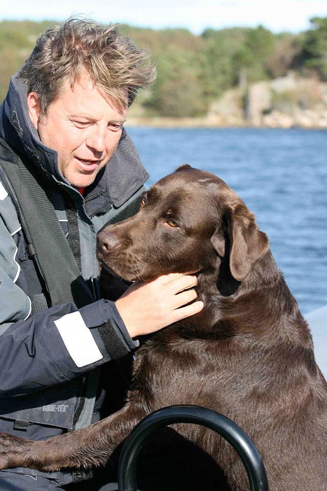 Labrador marrón a bordo de barco con su dueño