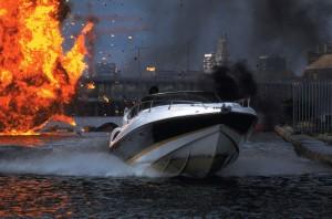 El Sunseeker XS2000 huye de una explosión en Casino Royale.