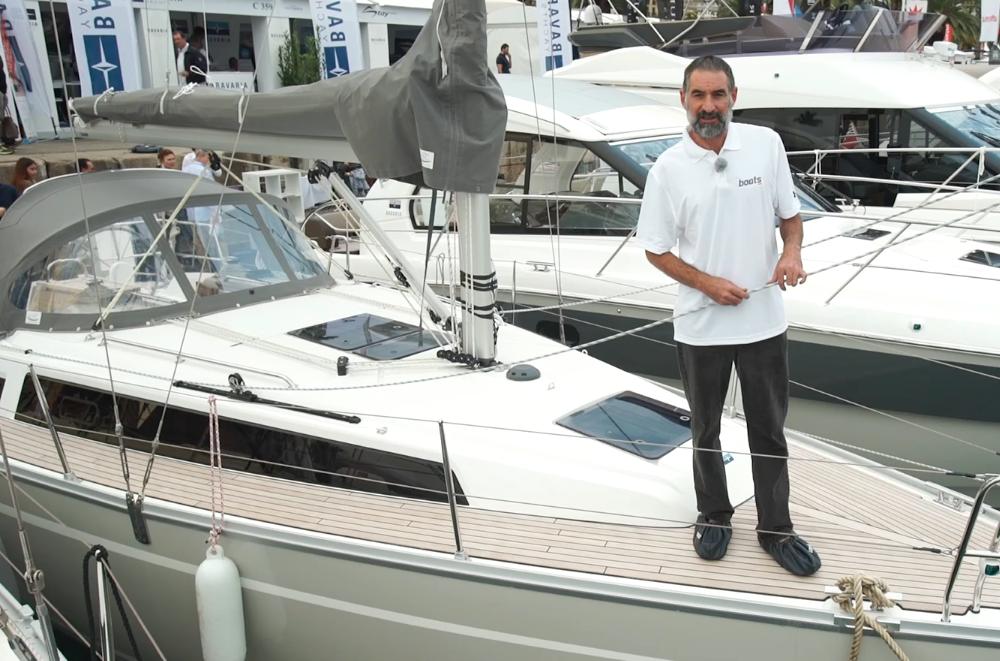 Diego Yriarte a bordo del Bavaria Cruiser 34 en el Salón Náutico de Barcelona.