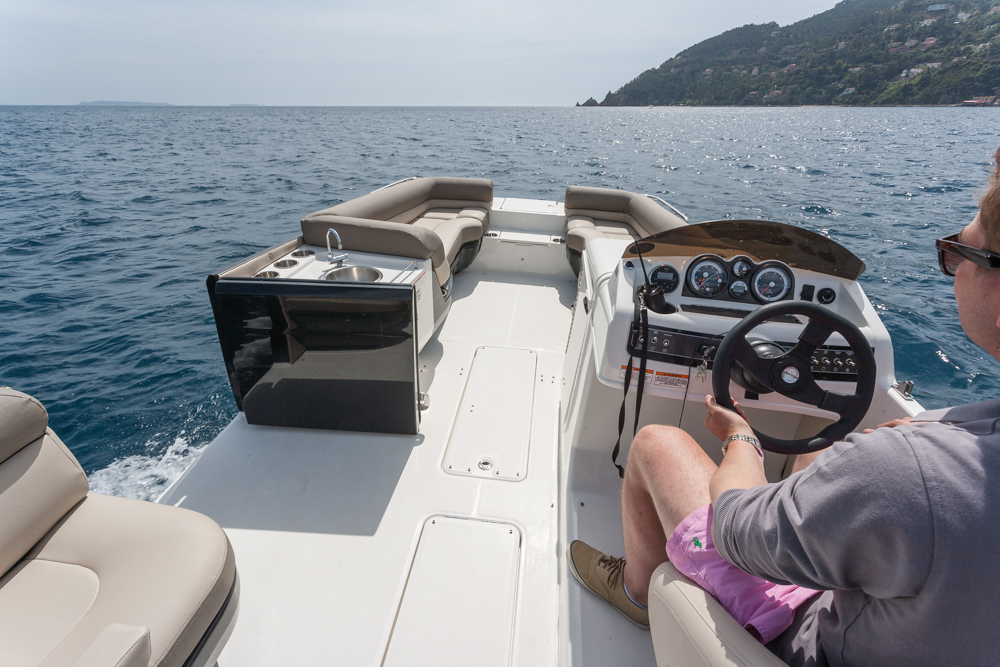Bayliner Element XR7, puerta lateral