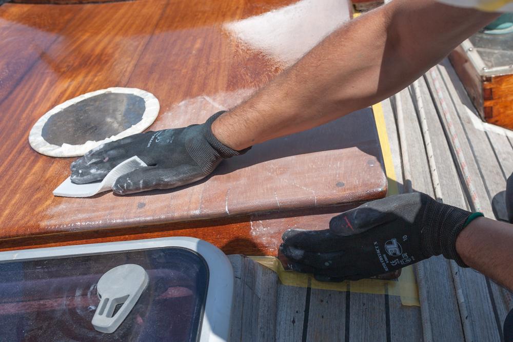 Barnizar el barco - lijado