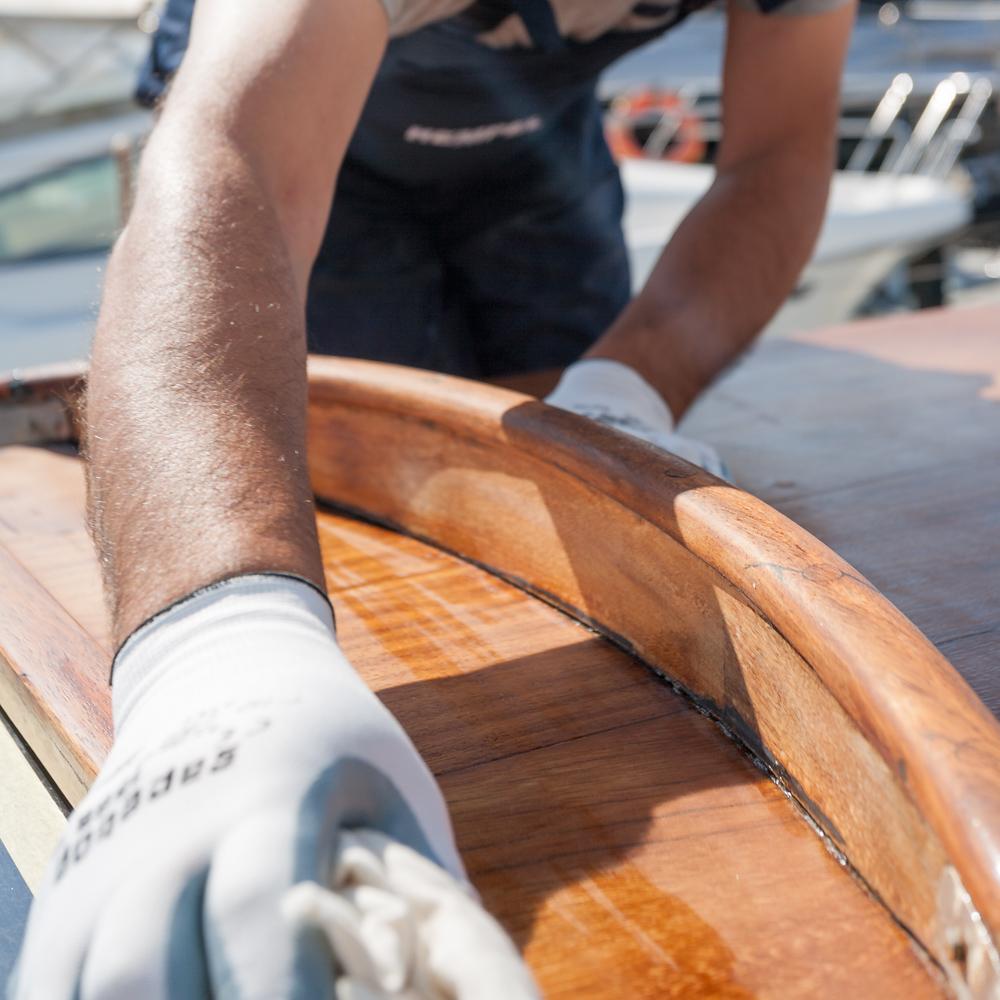 Barnizar el barco: lijar y limpiar