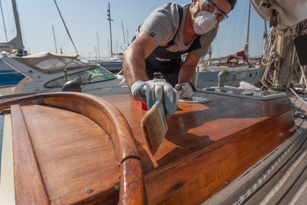 Barnizar el barco, detalle cubierta