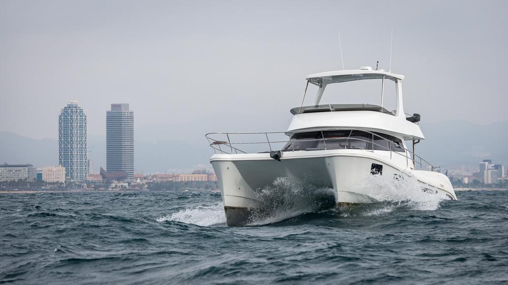 Flash Cat 43 S catamarán a motor navegando