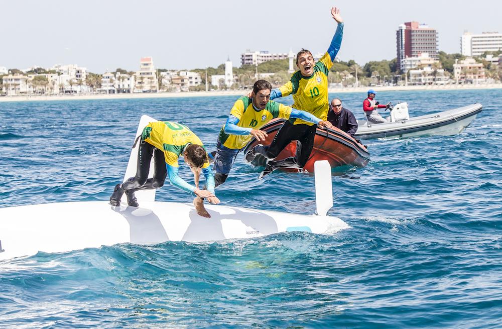 Jordi Xammar (a la derecha) celebraba así la clasificación para sus primeros Juegos Olímpicos durante el Trofeo Princesa Sofía en Palma. Jesús Renedo / Sailing Energy / CNA.