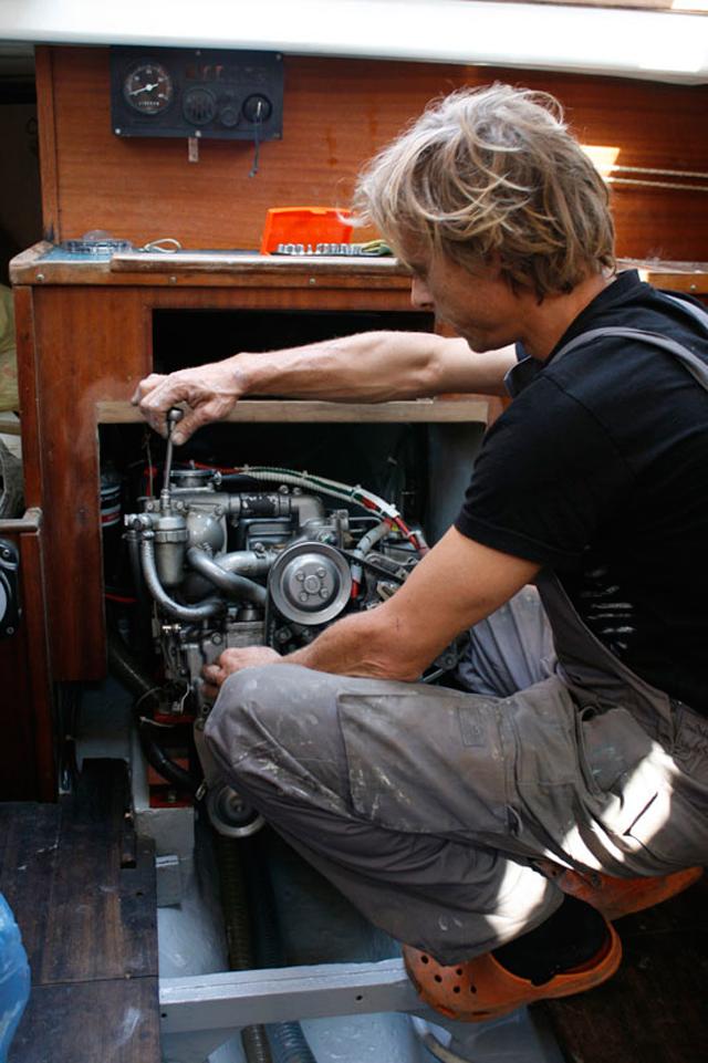 manutención de motor de barco