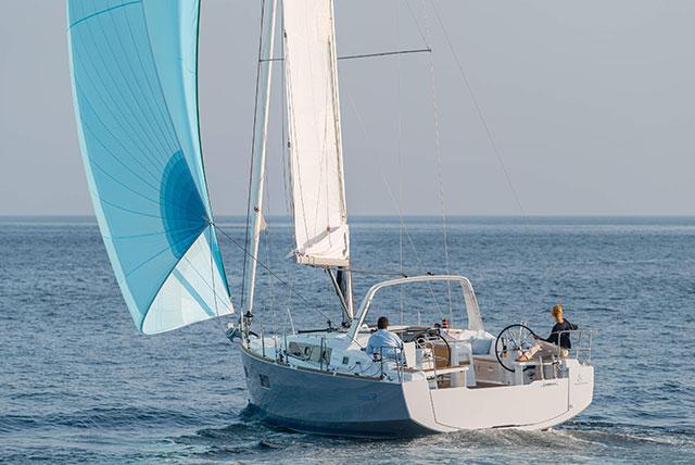 Beneteau Oceanis 38 navegando con el viento