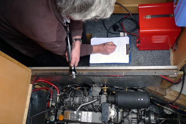 Peritaje naval - Verificando el motor del barco