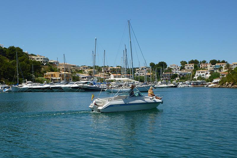 Puerto Addaya dispone de buenos amarres y cuenta con gasolinera y servicios náuticos.