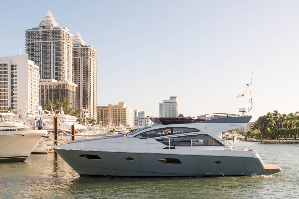 Rodman Muse 44 atracado en el pantalán del Miami Boat Show 2014