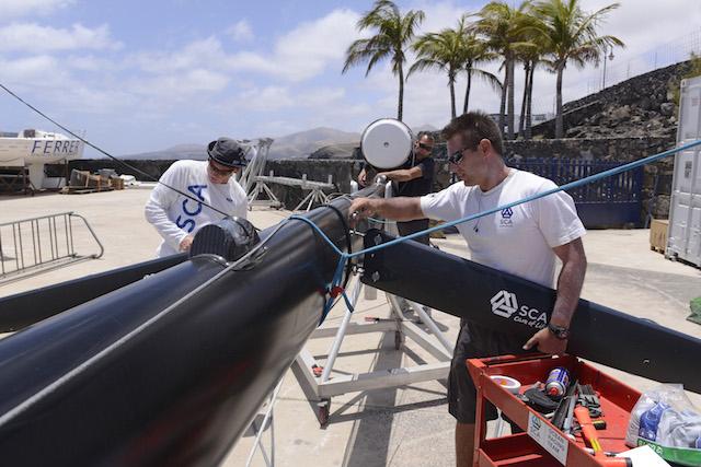 La preparación del Team SCA, tanto en tierra como en mar empezó mucho antes de la regata. Fernando Sales trabajando en el mástil en Lanzarote en mayo 2014. Foto: Rick Tomlinson/Team SCA