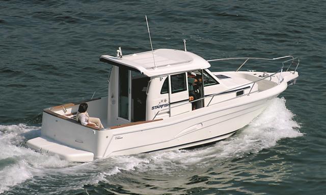 Barco a motor Starfisher 840 en la versión Walkaround con caseta central.