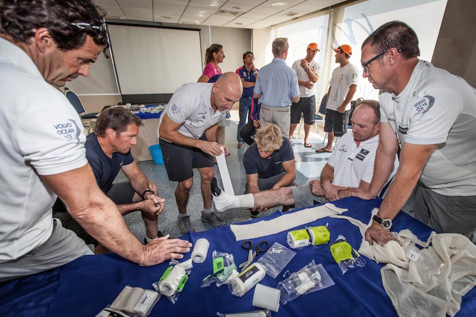 Septiembre 2014: Antes de empezar la regata miembros de cada uno de los equipos participa en un workshop de cuidados medicos con Pablo Díaz-Munio. Foto: Ainhoa Sánchez.