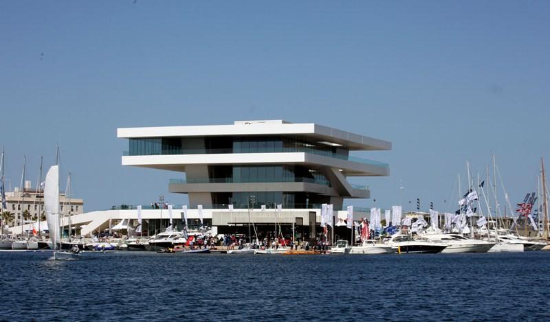 Valencia Boat Show junto a edificio Veles et Vents