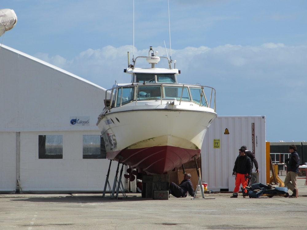 Mantenimiento de barco, barco a motor varado