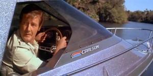 Roger Moore como Bond al mando de un Glastron Carlson con pintura gris plata